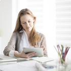Vrouw werkt de administratie bij achter haar laptop