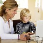 Moeder met haar zoon achter laptop